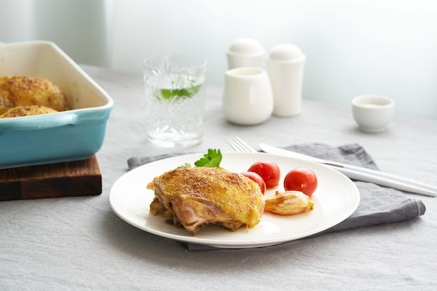 Muslos de pollo con tomate y ajo.