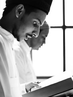 Musulmanes leyendo desde el corán