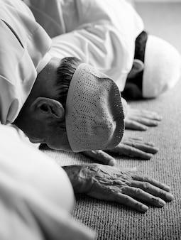 Los musulmanes rezan en la postura de sujud