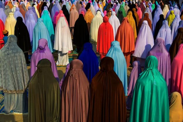 Musulmanes rezando juntos en la mezquita
