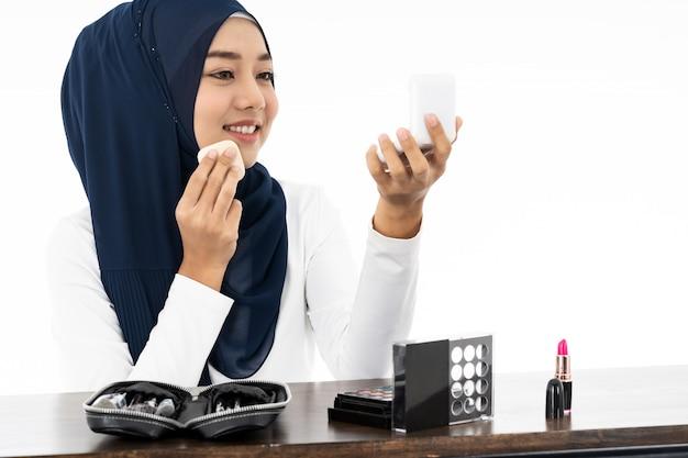 Musulmanes usando maquillaje