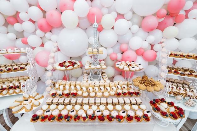 Muy agradable y refinada mesa dulce para invitados.