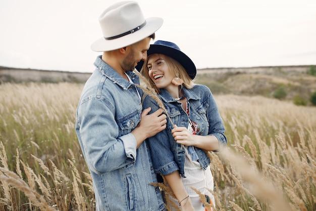 Muy bonita pareja en un campo de trigo