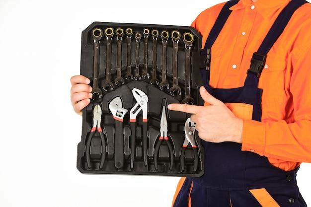 Muy buenas herramientas. charla de caja de herramientas. caja de herramientas mecánicas. hombre de uniforme lleva caja de herramientas fondo blanco. trabajador reparador reparador manitas llevando caja de herramientas. concepto de manitas. equipo profesional.