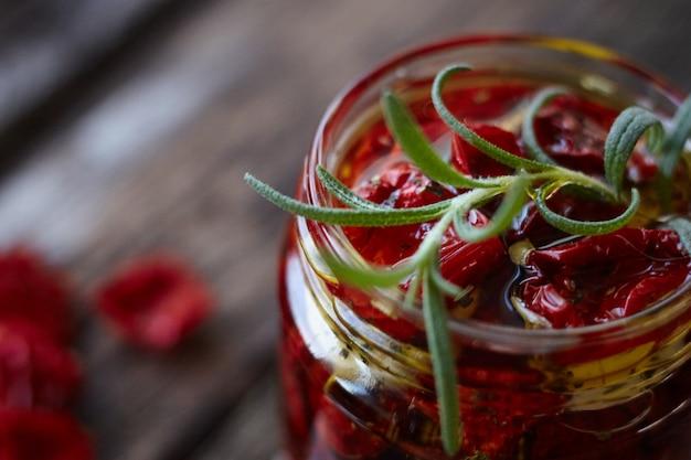 Muy cerca del frasco de tomates caseros secados al sol con hierbas provenzales