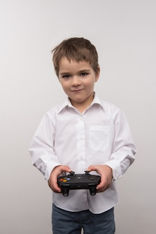 Muy divertido. niño feliz alegre jugando videojuegos mientras se divierte