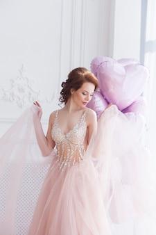 Muy hermosa mujer joven con globos. día de san valentín