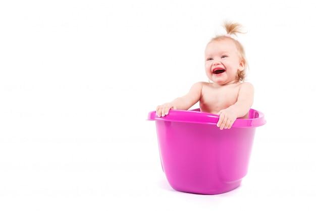 Muy linda niña tomar baño en la bañera