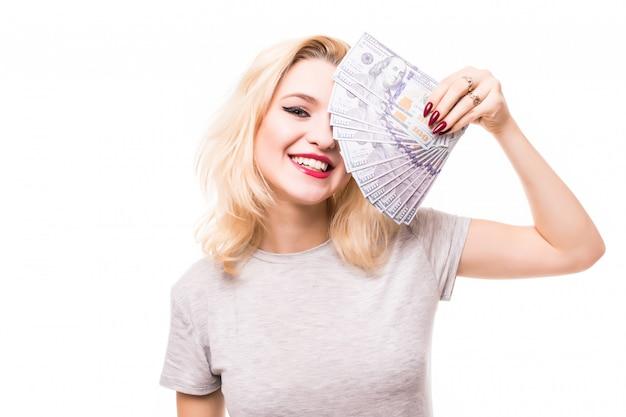 Muy rica mujer sonriente cubre su cara bonita con dinero