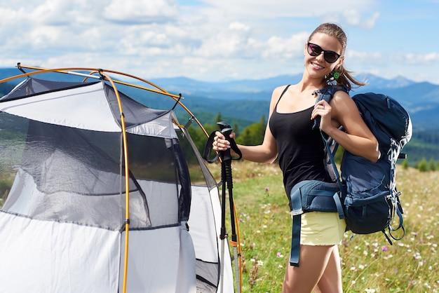 Muy sonriente mujer turista senderismo en sendero de montaña de los cárpatos