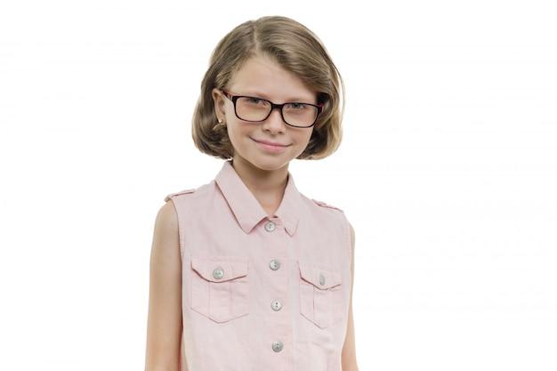 Muy sonriente niña estudiante en vasos sobre fondo blanco.