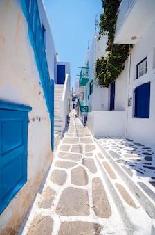 Mykonos, grecia. callejón punteado blanqueado en la ciudad vieja, islas griegas.