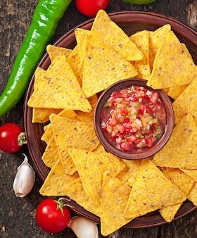 Nacho chips y salsa mexicana en un tazón