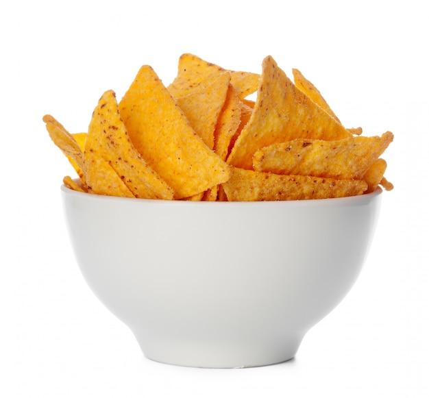 Nachos chips de cerca sobre fondo blanco.