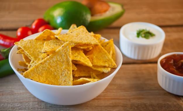 Nachos de chips de maíz mexicano con salsa salsa