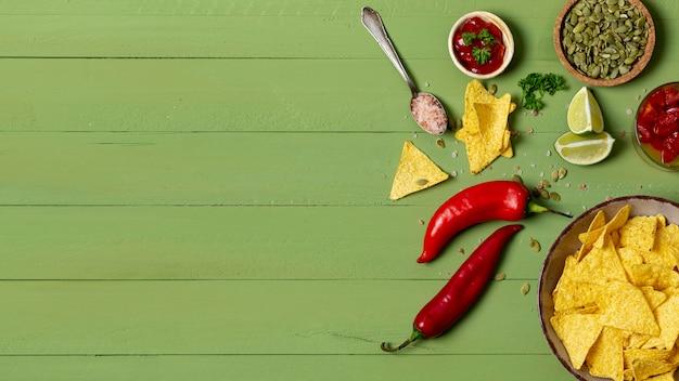 Nachos crujientes y verduras en platos