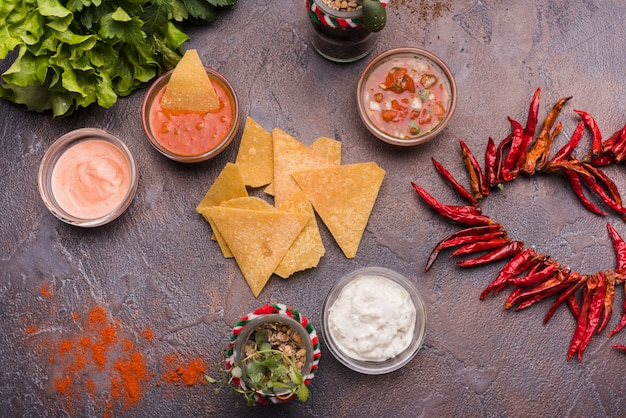 Nachos junto a salsas en cuencos