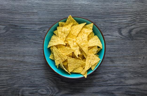 Nachos mexicanos chips sobre fondo de madera