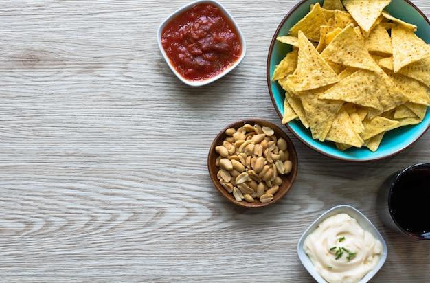 Nachos mexicanos chips sobre superficie de madera