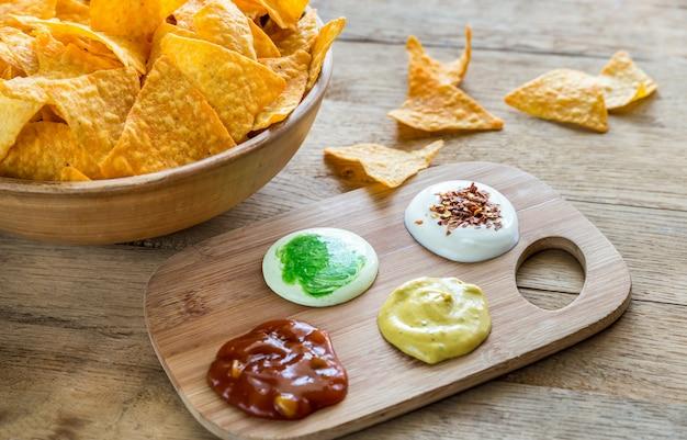 Nachos de queso con diferentes tipos de salsa.
