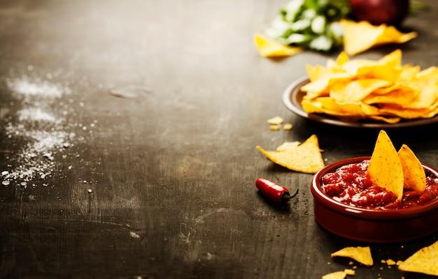 Nachos con verduras y salsa