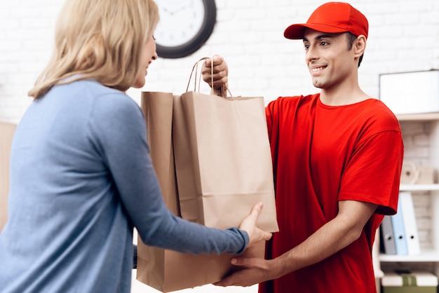 La nacionalidad árabe hombre trabaja en la entrega con la mujer.