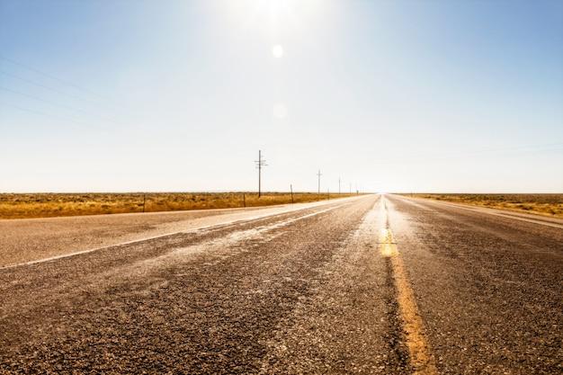 Nada solo una carretera recta y postes eléctricos en algún lugar de wyoming