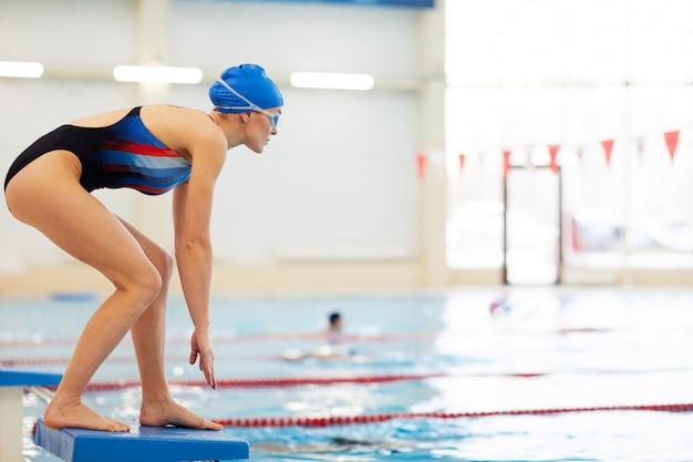 Nadador femenino en el inicio