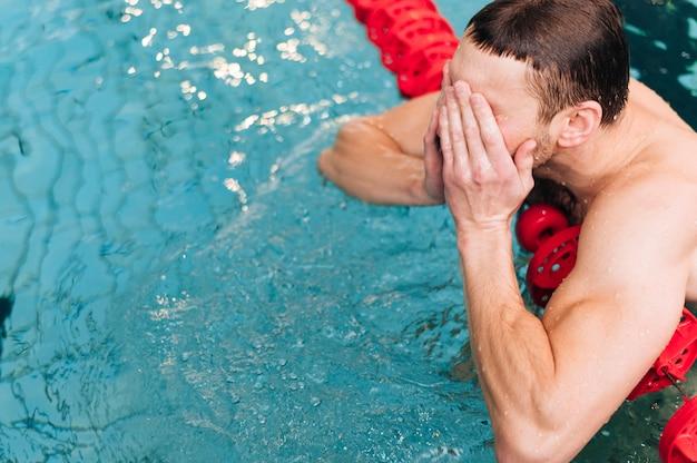 Nadador masculino de alto ángulo con descanso