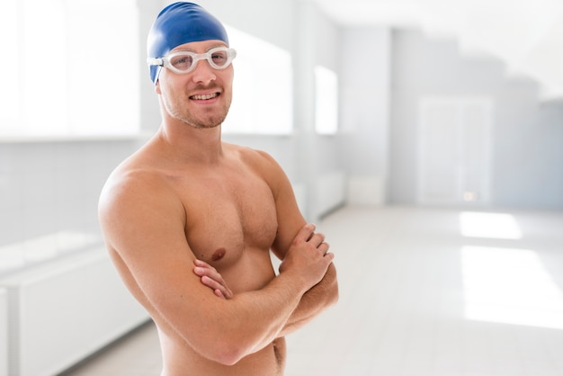 Nadador masculino con los brazos cruzados