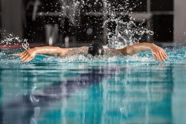 Nadador masculino nadando el trazo de mariposa