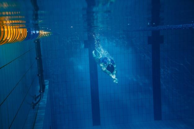 Nadador mujer bajo el agua