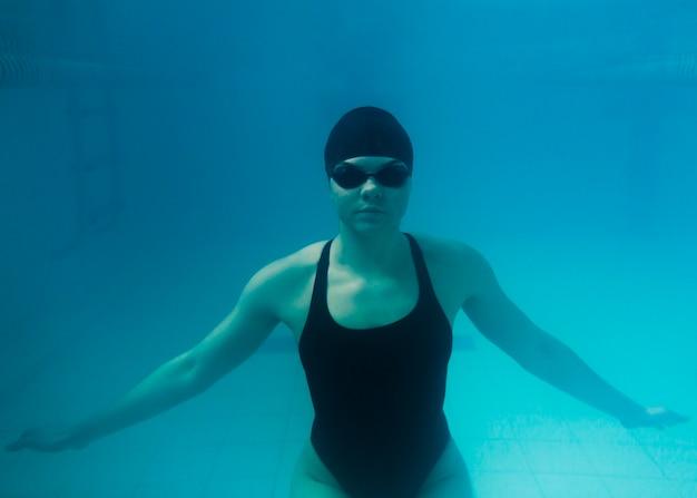 Nadador olímpico bajo el agua tiro medio