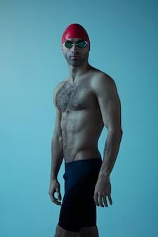 Nadador profesional masculino con sombrero y gafas en movimiento y acción, estilo de vida saludable y movimiento