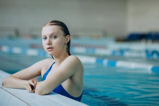 Nadador profesional mujer en piscina