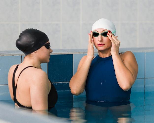 Nadador profesional que fija gafas de natación