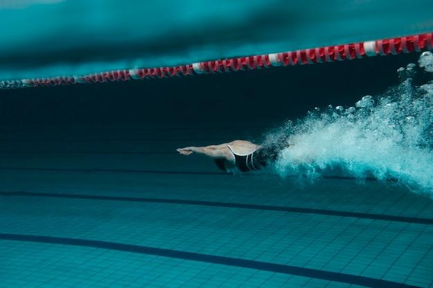 Nadador rápido en piscina full shot