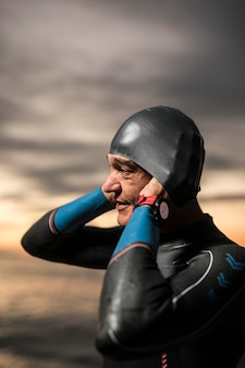 Nadador de tiro medio poniéndose la gorra