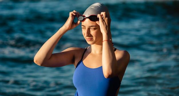 Nadadora con gorra y gafas de natación