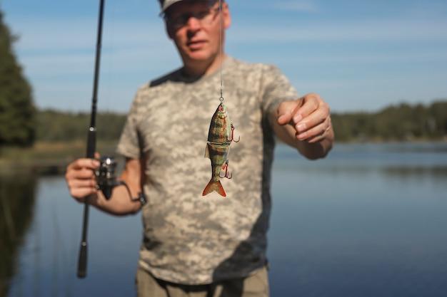 Nadar cebo o wobbler en caña de pescar para la captura de peces depredadores y lucios