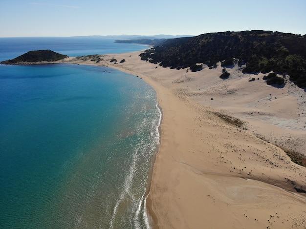 Nadar en el mar. vacaciones de verano, momento feliz en unidad con la naturaleza. impresionante vista desde arriba. parte norte de chipre, girne.