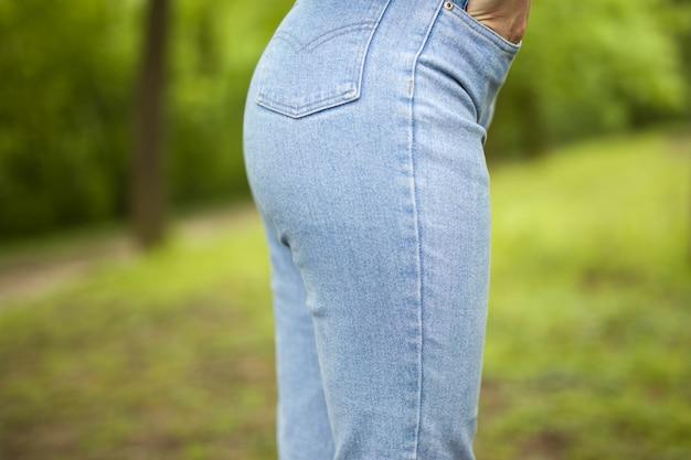 Nalgas de mujer en dril de algodón