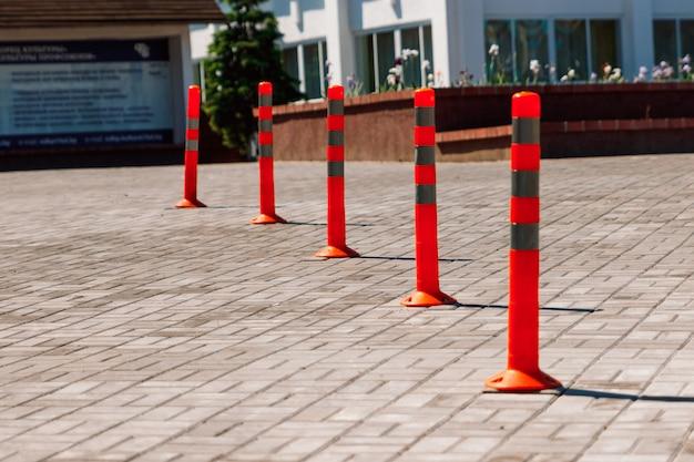 Naranja carretera pilar de tráfico y carril de estacionamiento
