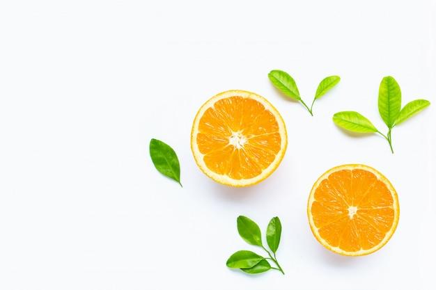 Naranja cítrica fresca con hojas aisladas en blanco