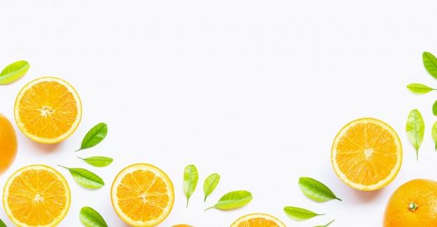 Naranja cítrica fresca con hojas aisladas sobre fondo blanco.