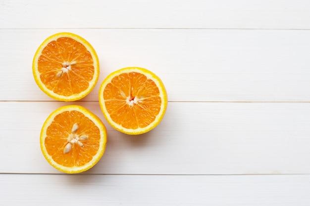 Naranja cítricos en madera blanca
