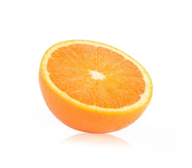 Naranja cortada por la mitad en blanco.