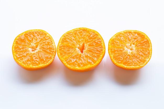 Naranja fresca cítricos en blanco