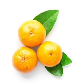 Naranja fresca con hojas aisladas en blanco en la vista superior