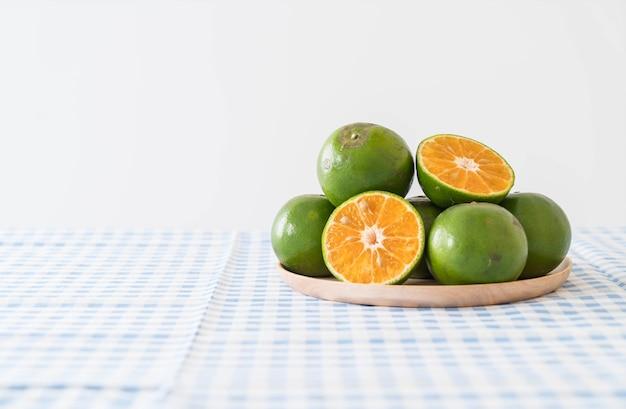 Naranja fresca en la placa de madera
